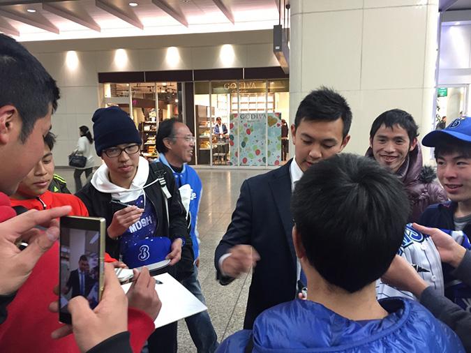 オープン戦があったみたい、姫路駅で横浜の_1006
