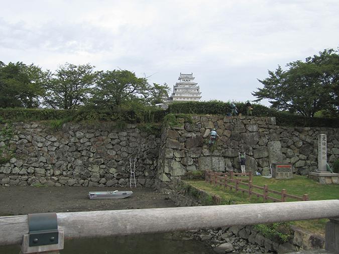 姫路城お堀の掃除始まってる3