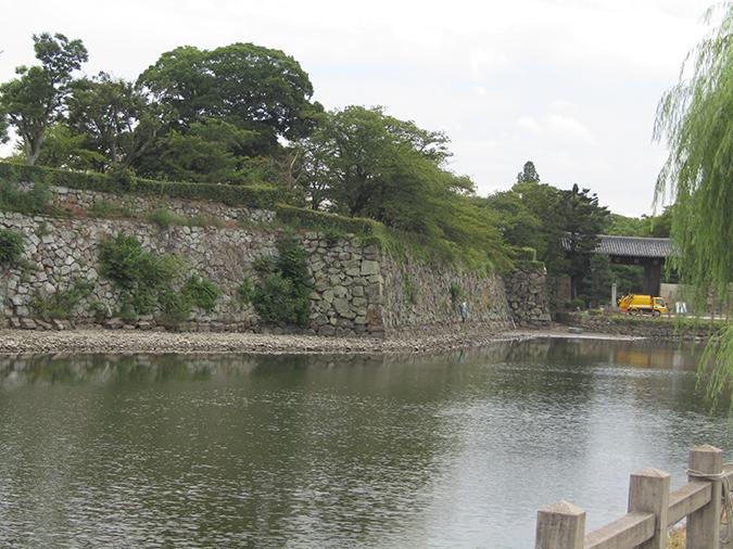 姫路城お堀の掃除始まってる4